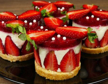 Πάστες βανίλια-μπισκότο με σπιτικό ζελέ φράουλα